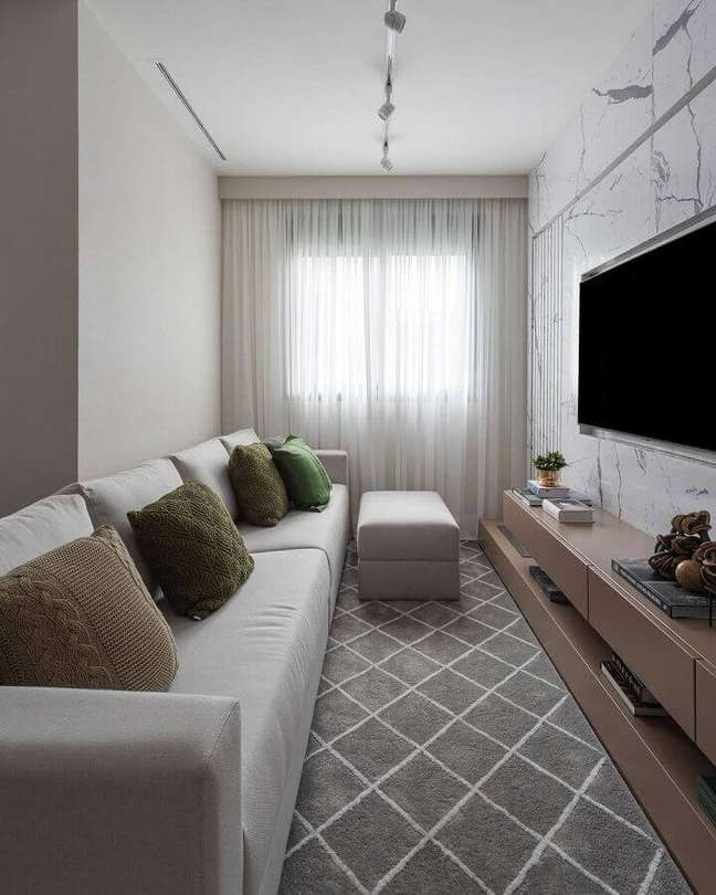 39. Cores para sala pequena decorada com tapete cinza e parede de mármore – Foto: Sesso & Dalanezi Arquitetura