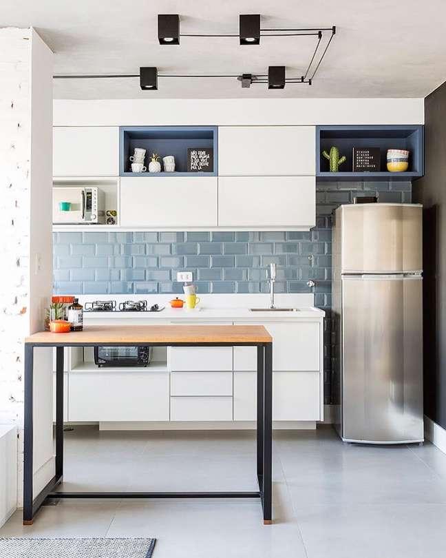 60. Porcelanato para cozinha bege com bancada de ferro e armários brancos – Foto Casa 2 Arquitetos