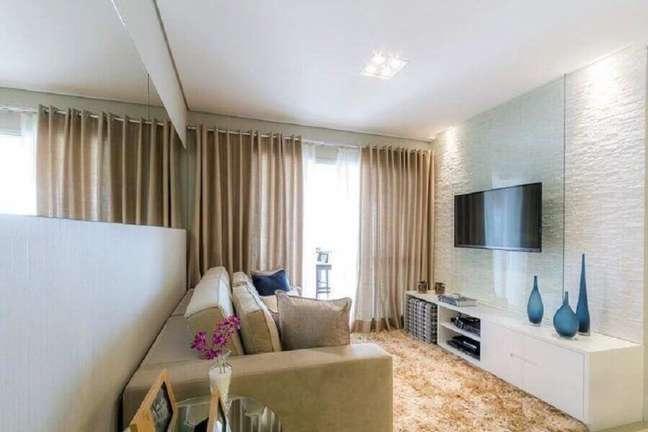 48. Cores para sala pequena e simples decorada com espelho de parede – Foto: Cavalcante Ferraz Arquitetura