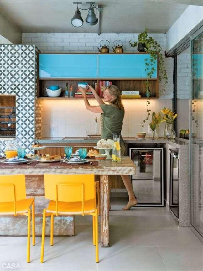 41. Cozinha retro com churrasqueira gourmet revestida com cerâmica geométrica – Foto Arquitrecos