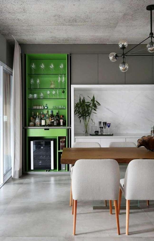 66. Porcelanato cinza para cozinha moderna com bancada de madeira e cadeiras modernas – Foto Casa de Valentina
