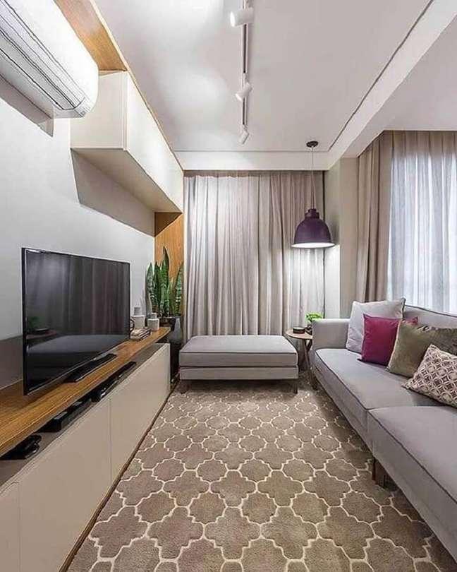 7. Cores para sala de estar pequena decorada com sofá cinza e luminária pendente – Foto: Home Fashion Trend