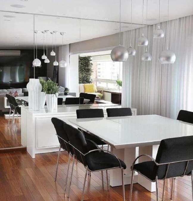 26. Cores para sala de jantar pequena decorada com parede espelhada e mesa quadrada – Foto: Mariana Orsi