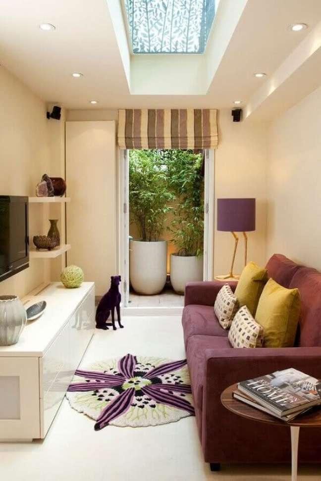 33. Cores para sala pequena decorada com paleta de cores bege e roxo – Foto: Helene Marie Design