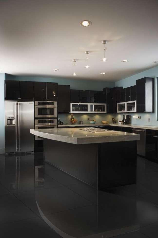 40. Cozinha preta com porcelanato preto acetinado – Foto BrainStudy