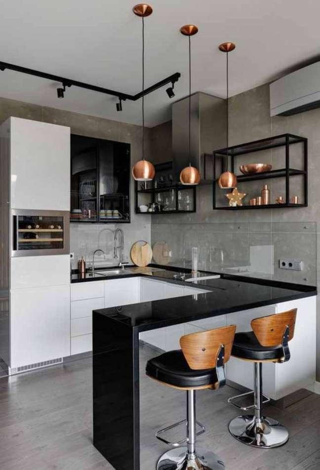 15. Porcelanato para cozinha em L com bancada preta e banquetas de madeira – Foto Arkpad
