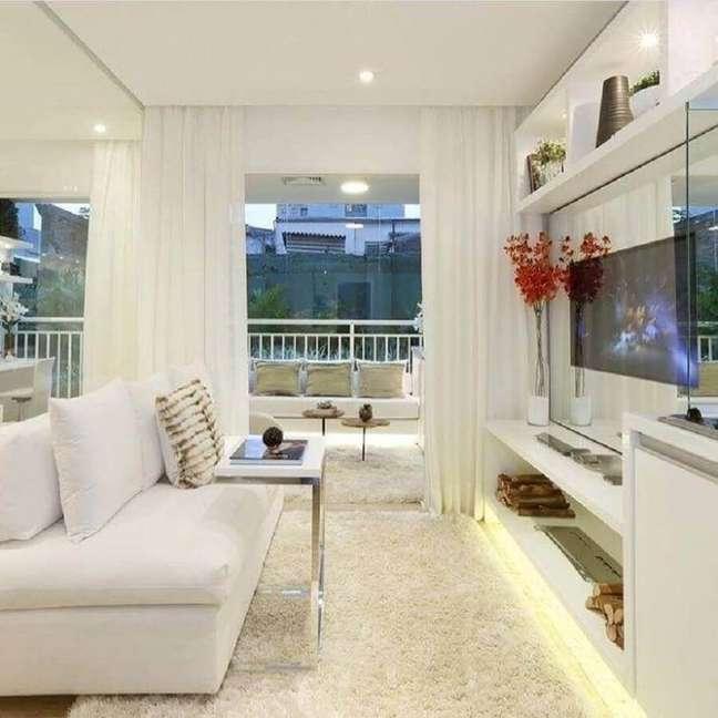 49. Decoração clean com cores para sala de estar pequena integrada com varanda – Foto: Chris Silveira