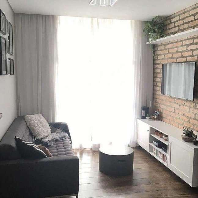 60. Ideias de cores para sala pequena e simples decorada com parede de tijolinho – Foto: Apto 21