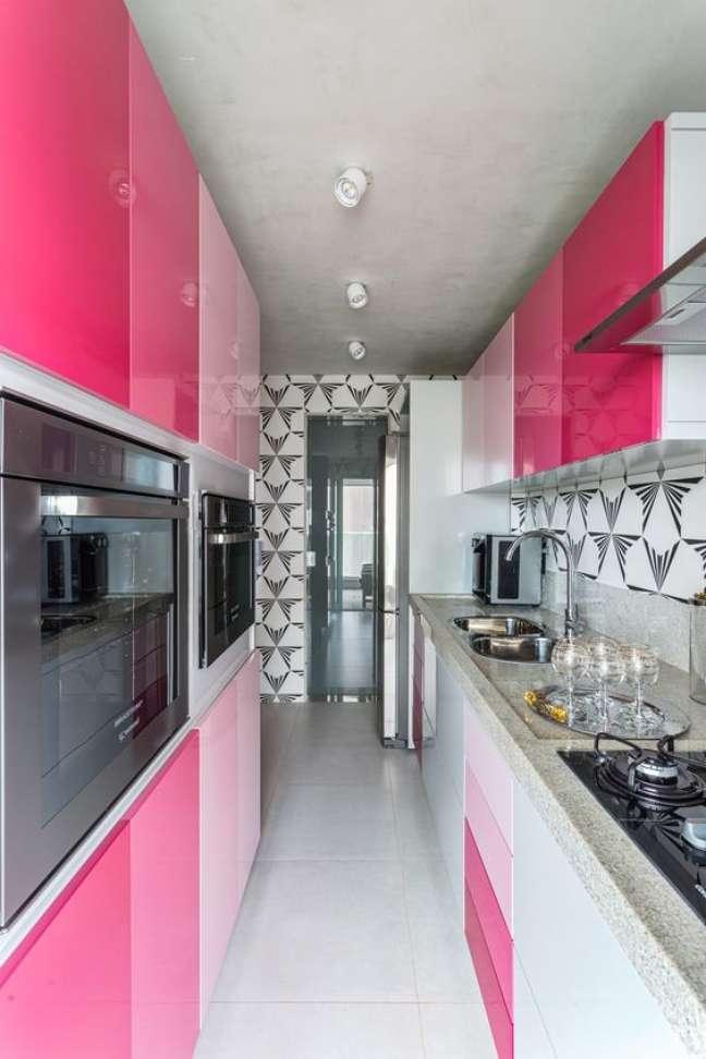 42. Cozinha rosa com azulejo retro preto e branco – Foto Casa Vogue