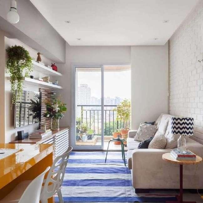 54. Ideia de cores para sala de estar pequena decorada com tapete listrado azul e branco – Foto: Tria Arquitetura