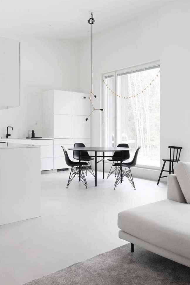 64. Porcelanato para cozinha branca com móveis preto e branco – Foto Design Wahs