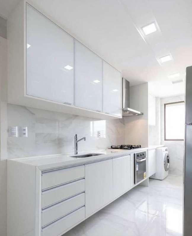 62. Porcelanato para cozinha branca com armários e bancada da mesma cor -Foto Casa Decorada
