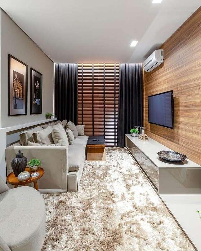 41. Cores para sala pequena decorada com tapete felpudo e painel de madeira – Foto: Quality Decor Express