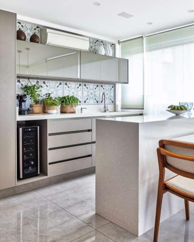 61. Porcelanato para cozinha bege e clássica com bancada – Foto Patricia Kolanian Pasquini