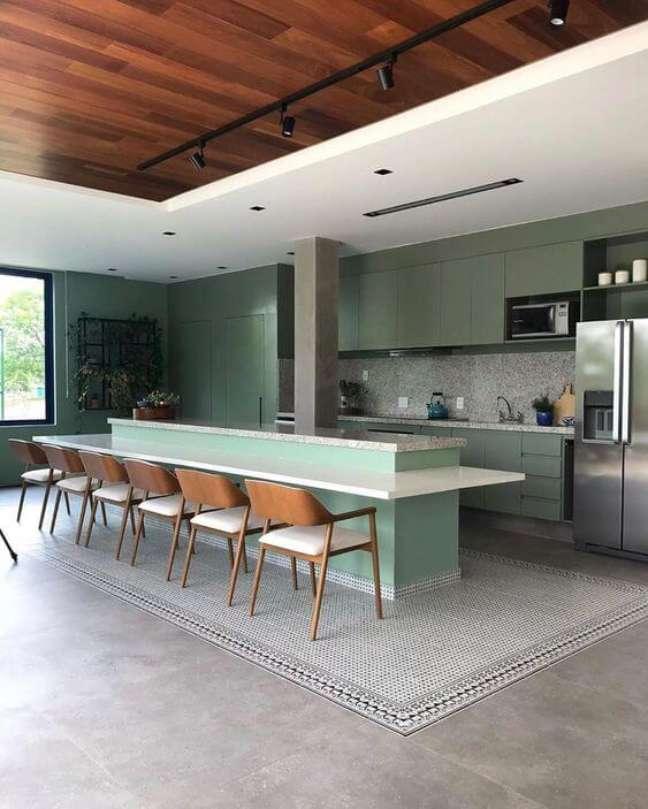 6. Cozinha americana com balcão branco e piso porcelanato cimento queimado – Foto SP Estudio