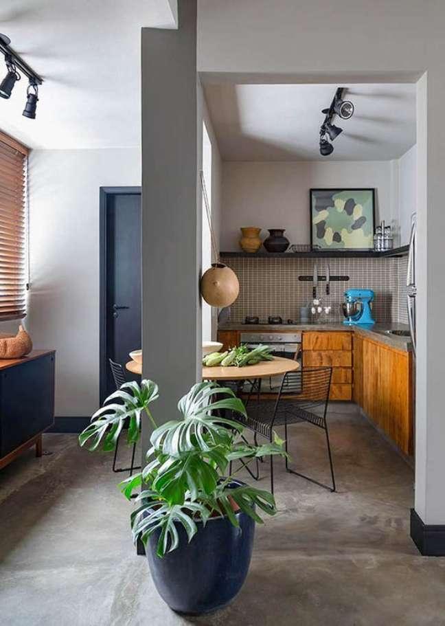 56. Porcelanato cimento queimado com cozinha de madeira e plantas na decoração – Foto Constance Zahn