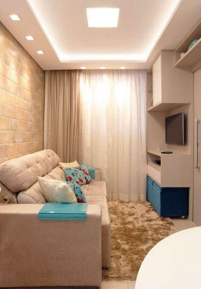 43. Cores para sala pequena decorada em bege e azul com tapete felpudo – Foto: Ana Moeller Interiores