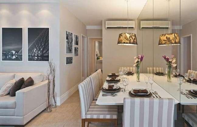 25. Cores para sala de jantar pequena decorada com parede espelhada e integrada à sala de estar – Foto: Guto Amorim