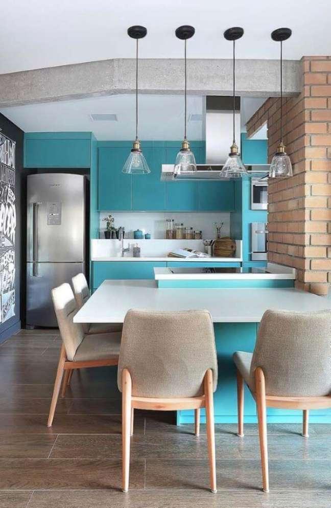 59. Porcelanato para cozinha amadeirado com mesa de granito branco e cadeiras cinza – Foto Quattrino Arquitetura