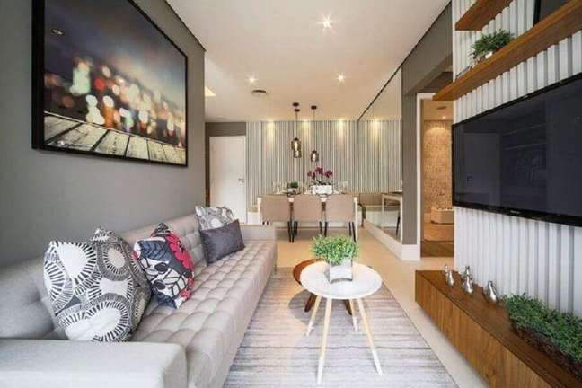 47. Cores para sala pequena e moderna decorada com painel ripado e sofá capitonê – Foto: DP Barros Arquitetos