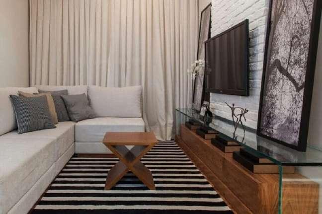 16. Cores para sala de estar pequena decorada com tapete listrado e rack de madeira e vidro – Foto: Sesso & Dalanezi Arquitetura