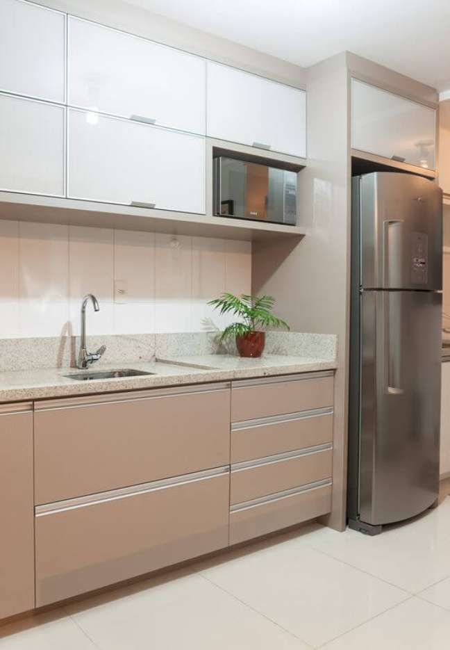 31. Cozinha com granito bege com armário marrom e porcelanato para cozinha clássica – Foto Stabili
