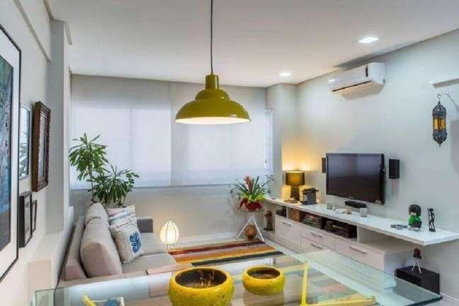 42. Cores para sala pequena decorada com tapete listrado colorido – Foto: Milla Holtz Arquitetura