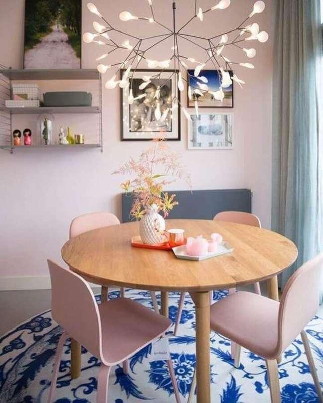 30. Cores para sala de jantar pequena e simples decorada com mesa redonda de madeira – Foto: Decor Fácil