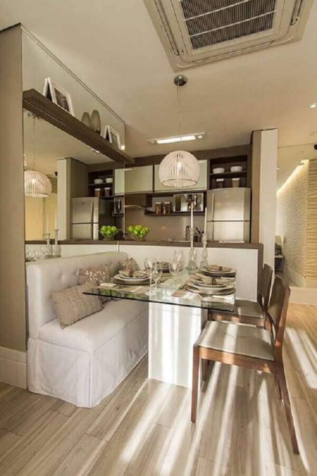 27. Cores para sala de jantar pequena e clean decorada com parede espelhada e luminária redonda – Foto: Decor Fácil