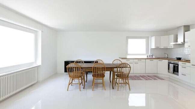 55. Porcelanato branco para cozinha moderna e iluminada – Foto Shutterstock