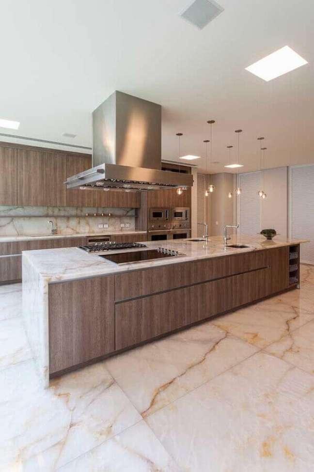 30. Cozinha com bancada de mármore e piso de porcelanato marmorizado em tons de bege – Foto Archilovers