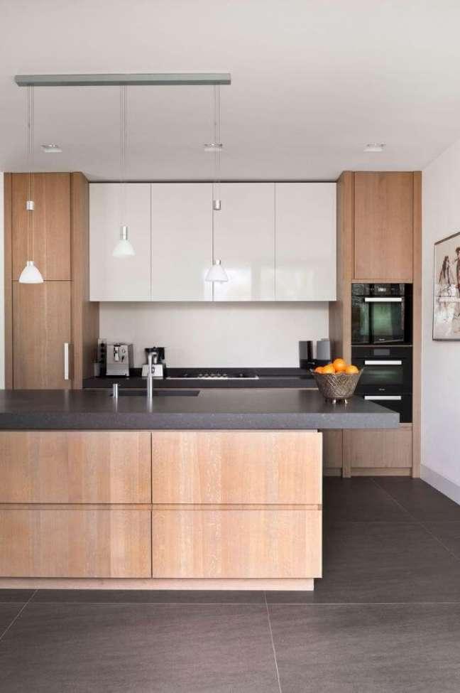 29. Cozinha com armários de madeira e piso porcelanato cinza na decoração moderna – Foto Sijmen Interieur