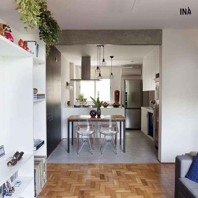 37. Cozinha integrada com porcelanato cinza – Foto Ina Arquitetura