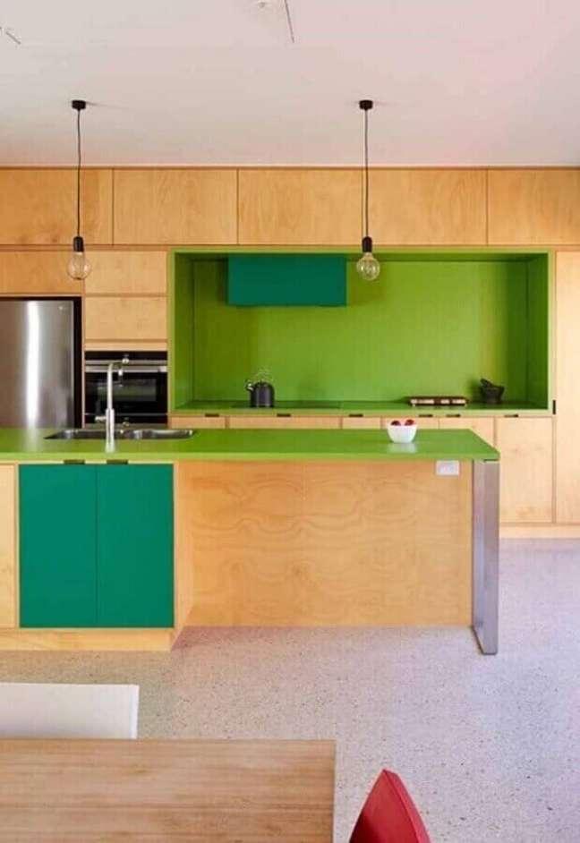 36. Cozinha com porcelanato cinza claro e armários de madeira com revestimento verde vibrante – Foto Apartment Therapy