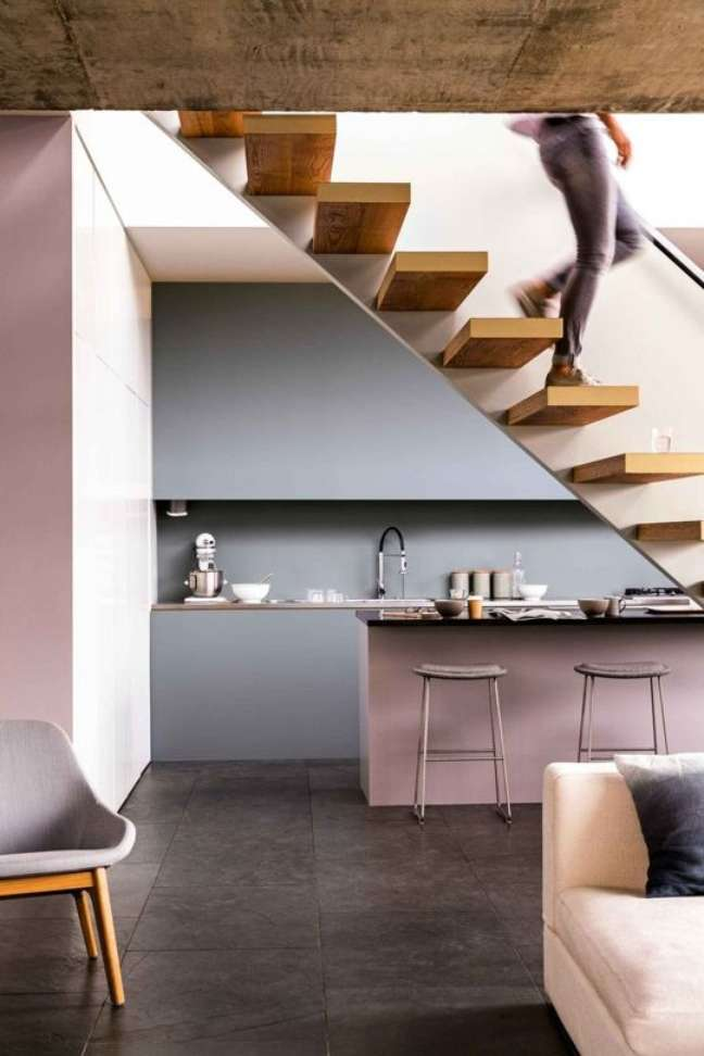 22. Decoração moderna com porcelanato para cozinha cinza e armários cor de rosa claro – Foto Apartment Therapy