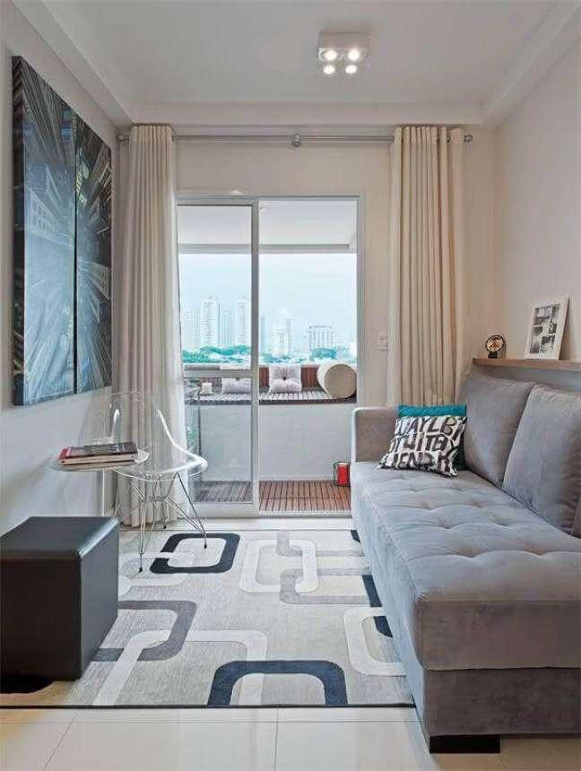 15. Cores para sala de estar pequena decorada com sofá cinza e quadro grande – Foto: Carlos Piratininga