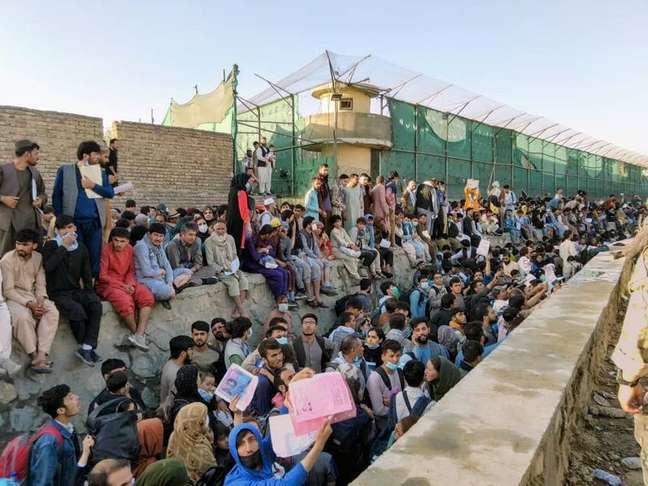 Multidão aguarda do lado de fora do aeroporto em Cabul, Afeganistão 25/08/2021 foto obtida via rede social. Twitter/DAVID_MARTINON via REUTERS