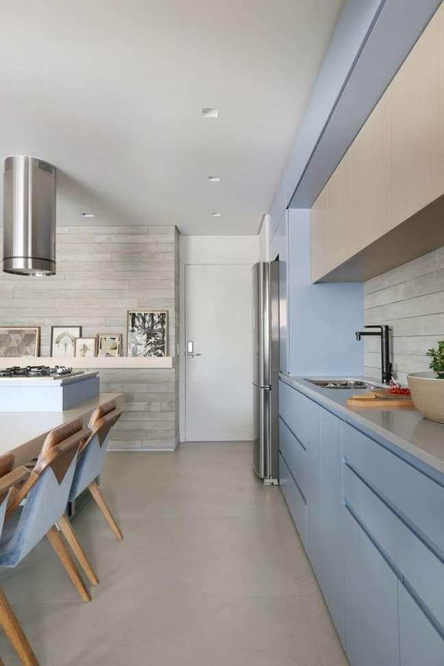 38. Cozinha moderna com piso de porcelanato cinza e armario azul claro – Foto LaMarcon