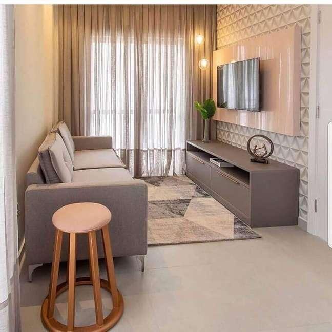 37. Cores para sala pequena decorada com revestimento 3D e tapete geométrico – Foto: Quality Decor Express
