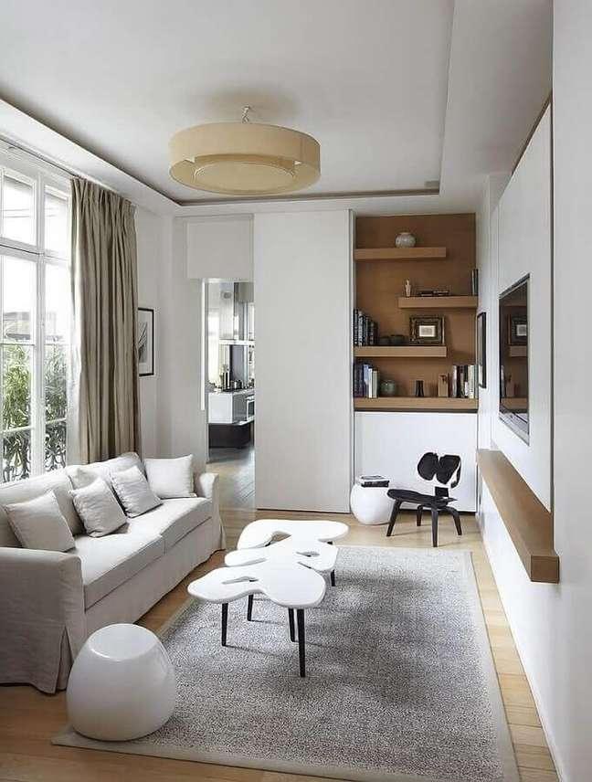 51. Cores para sala pequena decorada com detalhes em madeira e lustre redondo – Foto: Architects & Architectural Designers
