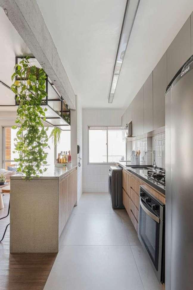 21. Porcelanato para cozinha amadeirado com armários de madeira – Foto Casa de Valentina