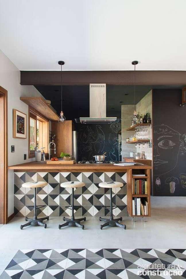 44. Decoração com bancada revestida com piso geométrico e porcelanato para cozinha claro – Foto Arquitetura e Construção
