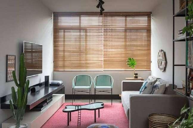 34. Cores para sala pequena decorada com persiana de madeira – Foto: Gabriel Valdivieso