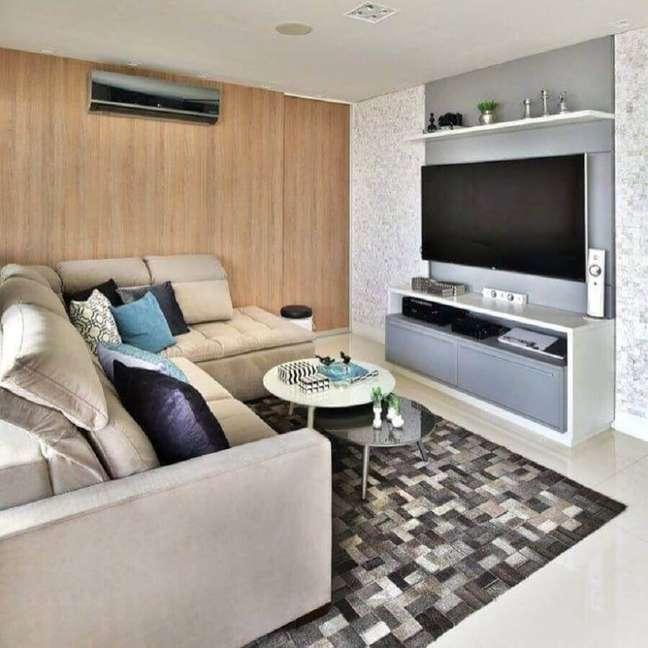 40. Cores para sala pequena decorada com tapete de couro e parede de madeira – Foto: Mikaelian Freitas Arquitetura
