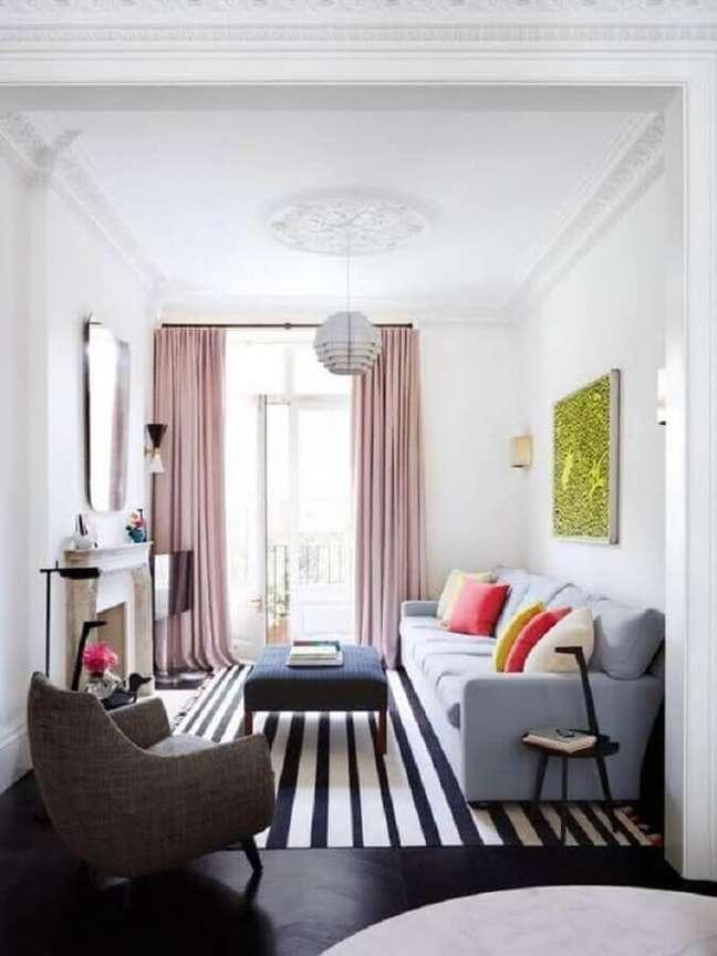 9. Ideias de cores para sala de estar pequena decorada com tapete listrado e almofadas coloridas – Foto: Home Interior Ideas