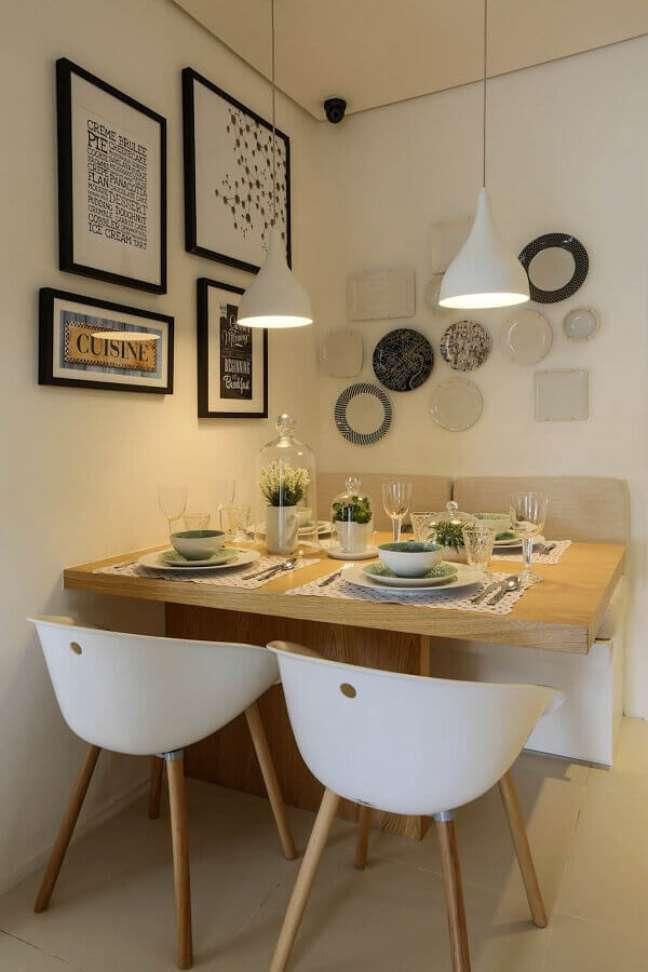 22. Cores para sala de jantar pequena decorada com luminária pendente branca – Foto: EasyDeco