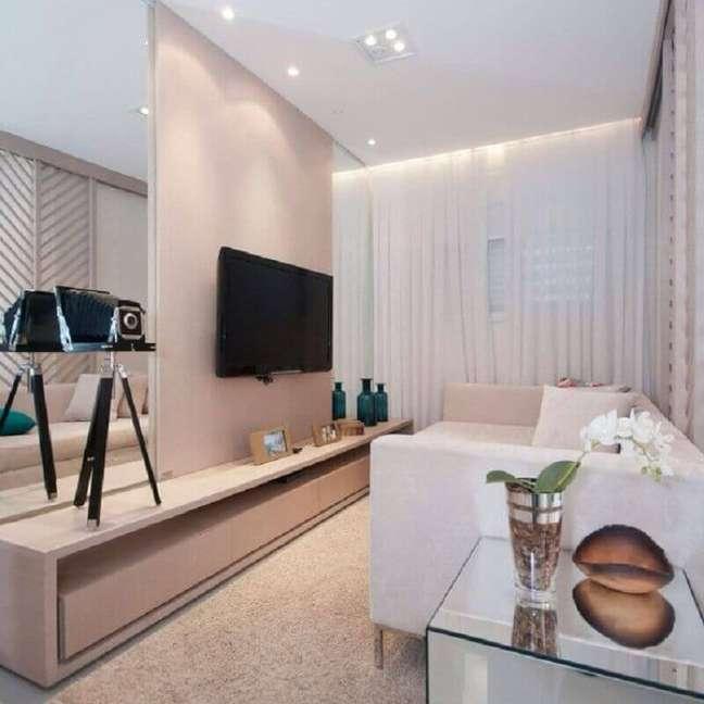 17. Cores para sala de estar pequena e clean decorada com parede espelhada – Foto: Home Fashion Trend