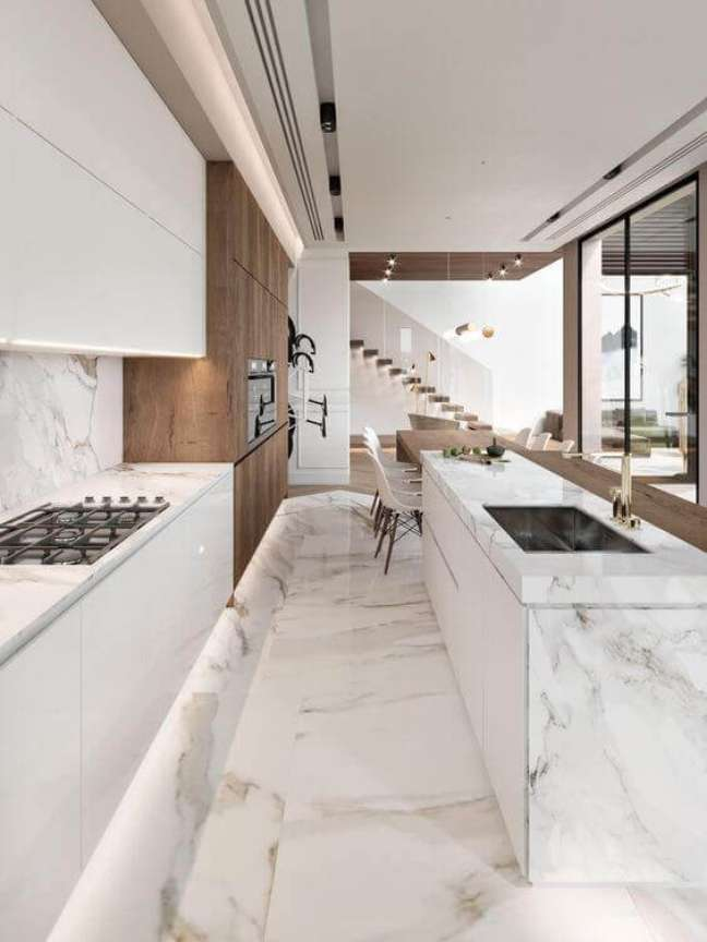 28. Cozinha branca revestida de porcelanato marmorizado – Foto Fanusta