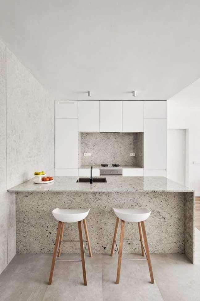 11. Porcelanato para cozinha cimento queimado com bancada de granito – Foto Futurist Architecture