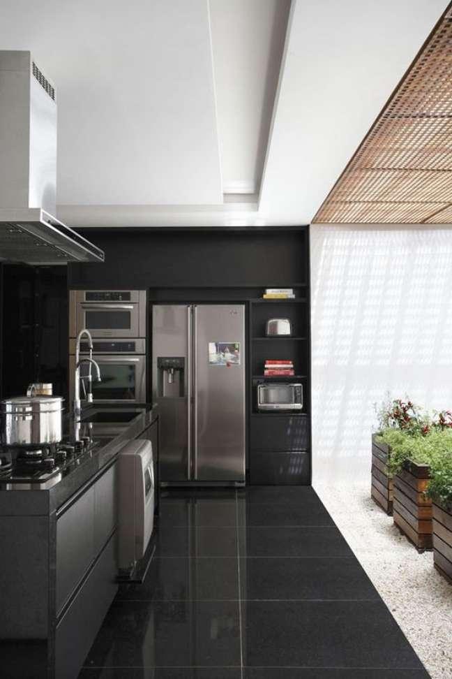 20. Porcelanato para cozinha preta e cinza moderna – Foto Casa Vogue